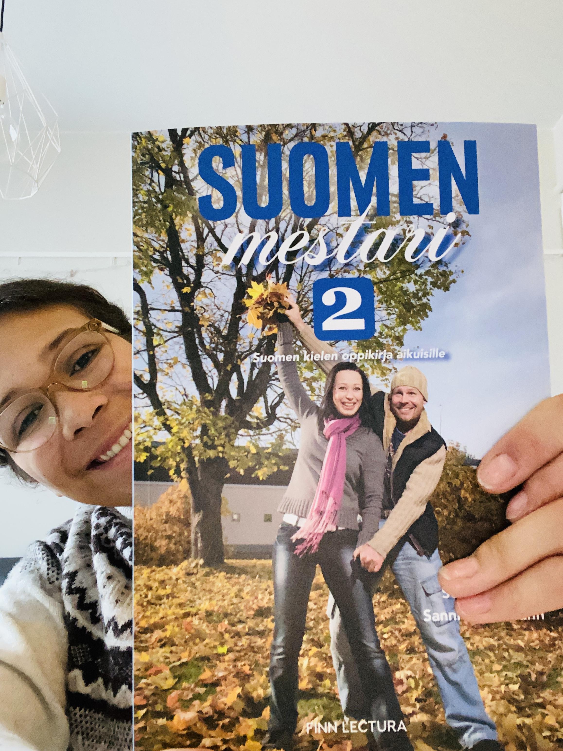 Vanessa hält ihr Finnischbuch in der Hand