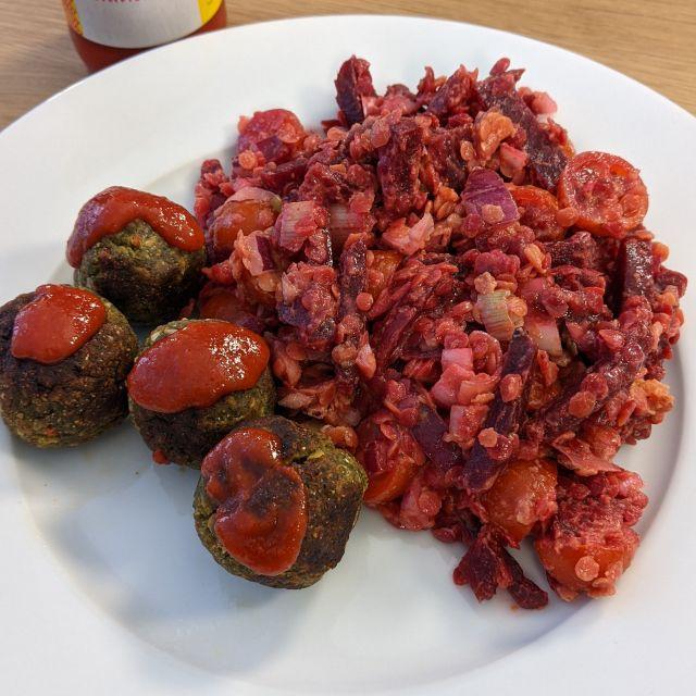Rote Bete-Linsensalat mit Falafel.