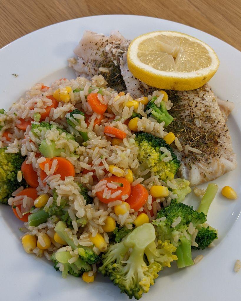 Fischfilet mit Reis und Gemüse.