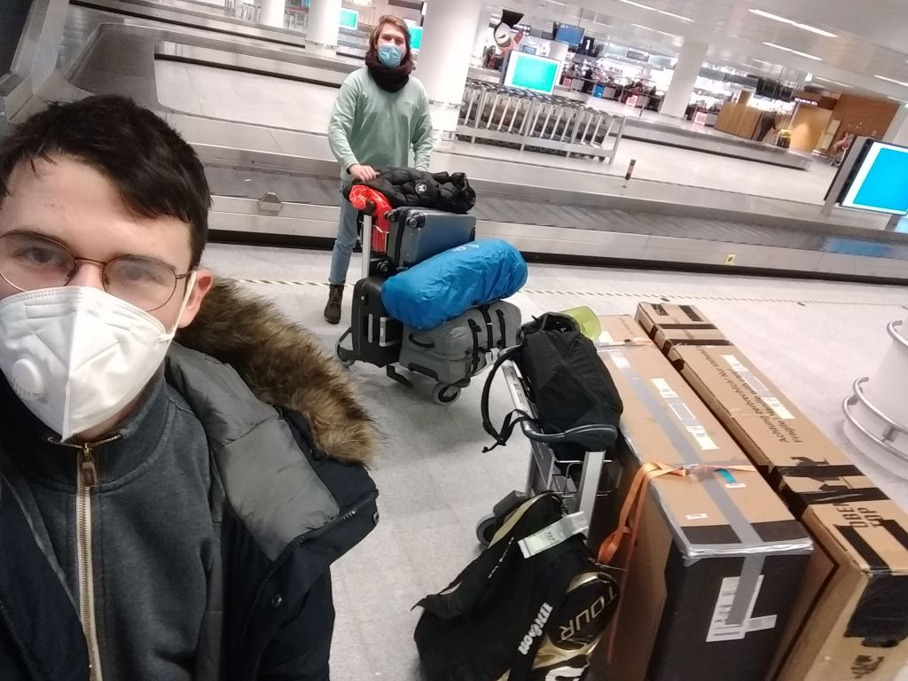 Fynn und ich am Flughafen in Keflavik in Island mit unserem Gepäck.