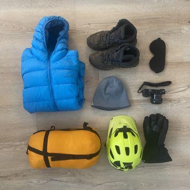 Schlafsack, Daunenjcke und Wanderschuhe, eine Schlafmaske und andere Dine, die man in Island braucht.