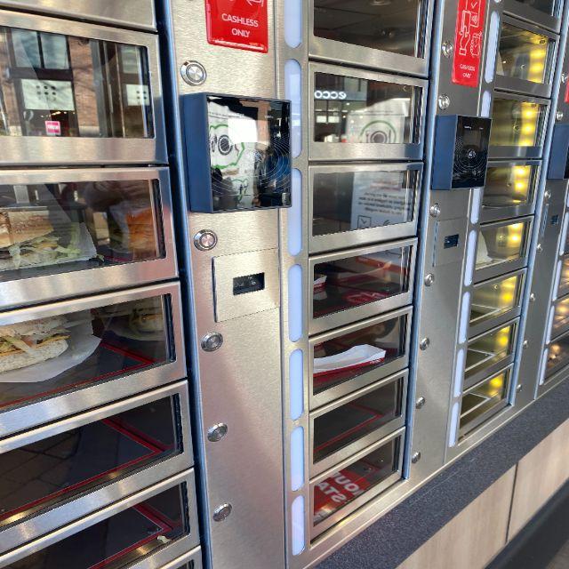 Man erkennt eine Schrankwand. Es sind dort auch Kartenleser für Kreditkarten angebracht. So muss keine Bedienung anwesend sein. In den Fächern sind unterschiedliche niederländische Snacks verstaut.