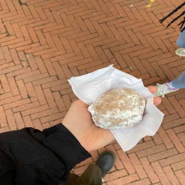 Hier halte ich einen Olliebollen, eine niederländische Teigspezialität.