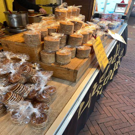 Hier erkennt man einen Stand, aif dne Stroopwaffels, eine typische niederländische Süßigkeit, gestapelt sind.