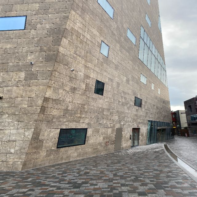 Man sieht den Eingang des Gebäudes.