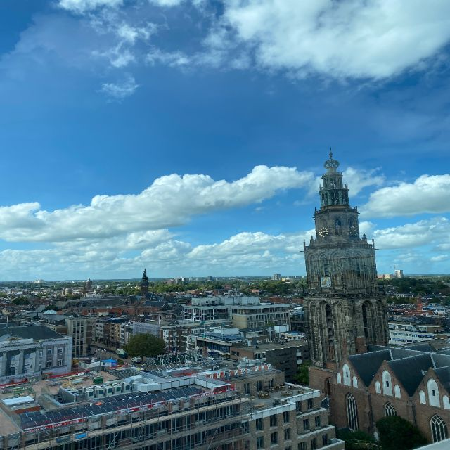 Man kann hier den Ausblick von der Dachterrasse auf Groningen erkennen. Dominant ist vor allen der hohe Kirchturm, der das Stadtbild generell dominiert.