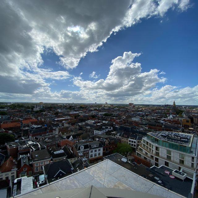 Auch hier erkennt man wieder den Ausblick. Er ist aber weit gestreckt und man erkennt viele Häuser. Durch die allgemeine Flachheit der Niederlande erscheint der Horizont sehr weit.