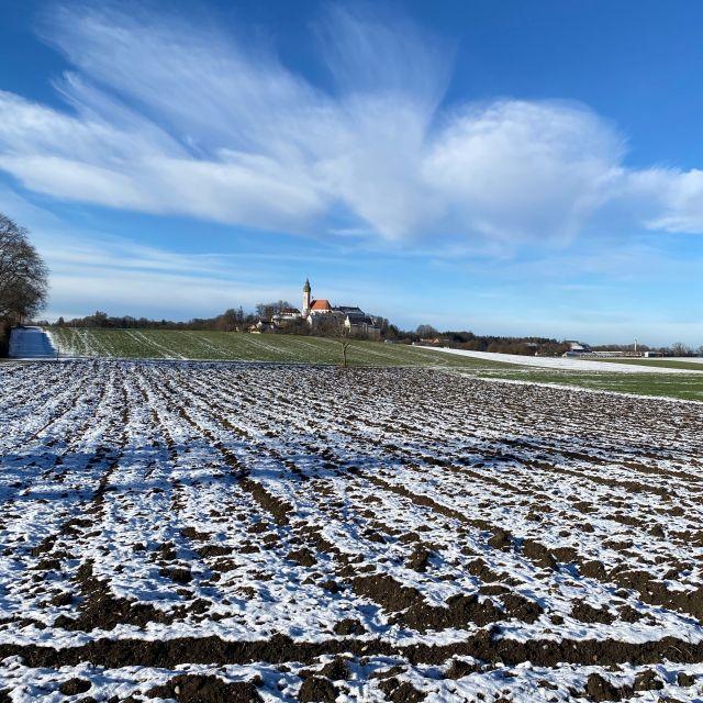 Ein verschneiter Acker in Deutschland