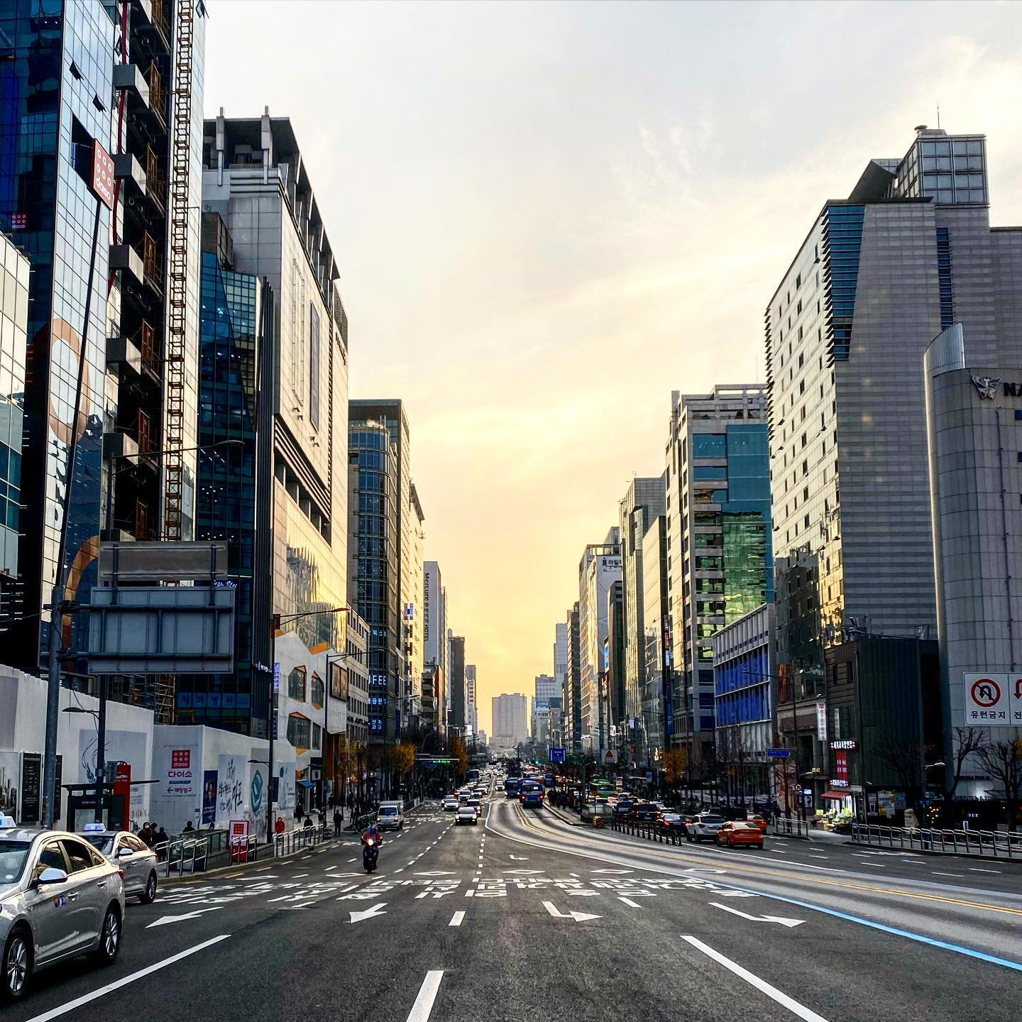 Watching the sunset in the streets of Hongdae. It's not that easy to take…