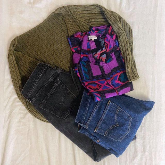 Zwei Jeans, eine Strickjacke und eine Bluse. Alles secondhand.