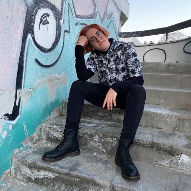 Eine Person, die auf einer Treppe sitzt