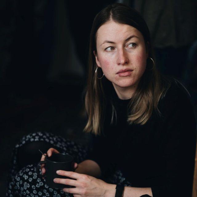 Foto einer Frau mit Tasse in der Hand