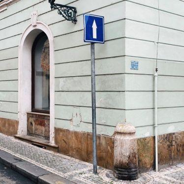 Straßenschild, das geradeaus zeigt