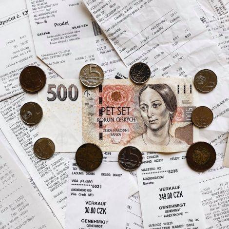 Foto von Kassenbons und Geldschein und Münzen