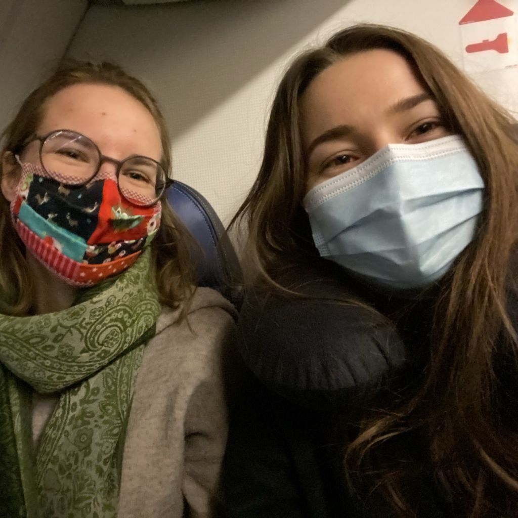 Marlene und ich im Flugzeug zum Endflughafen