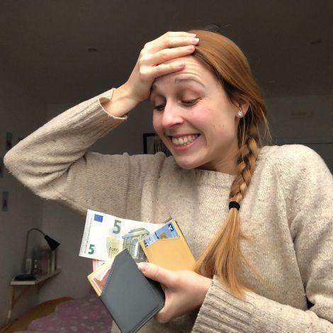 Ein Foto von mir mit einem Geldumschlag in der Hand