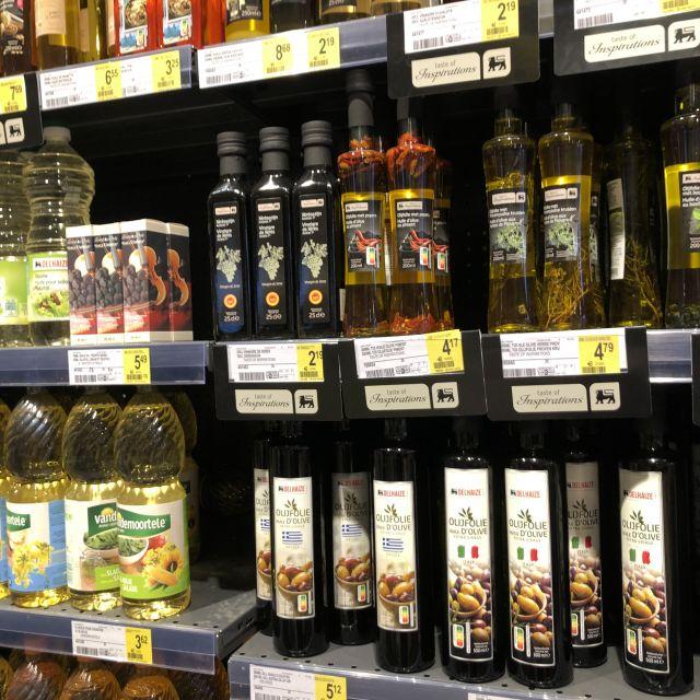 Flaschen von Öl in einem Regal.