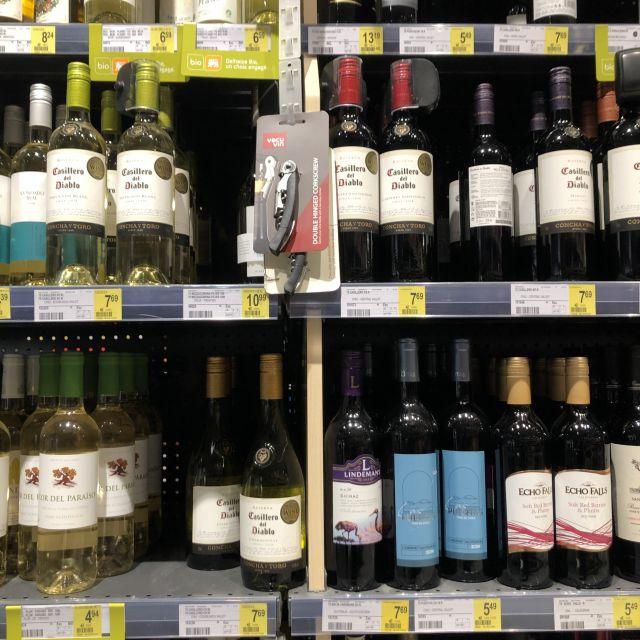 Weinflaschen in einem Regal mit Preisen