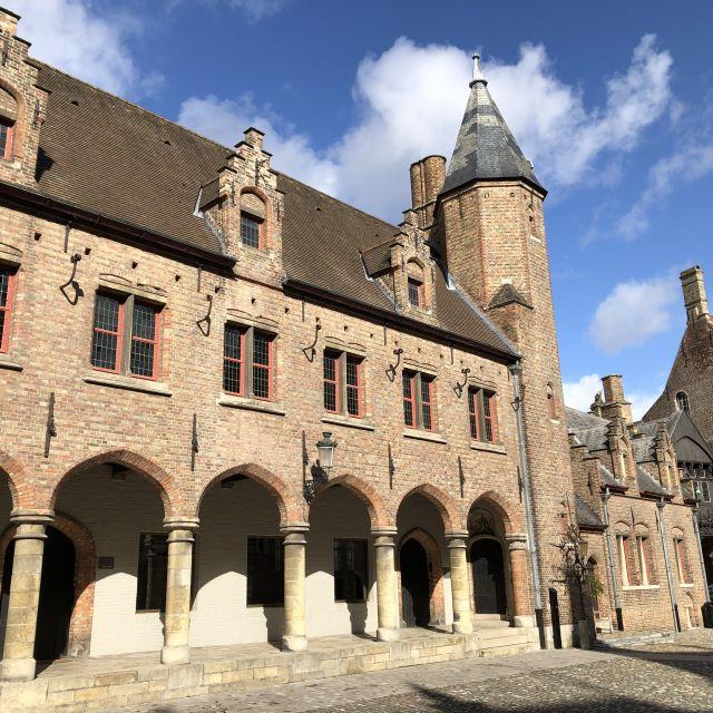 Steinkirche mit fünf Torbögen.