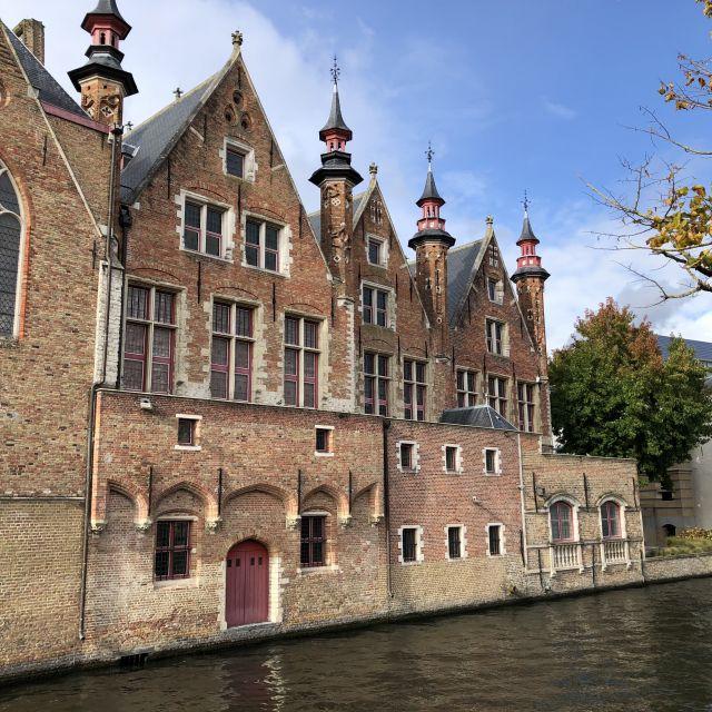 Direkt am Kanal steht ein altes Steinhaus.