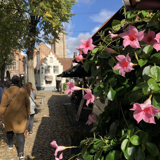 Blumen im Vordergrund im Hintergrund kleine Häuser