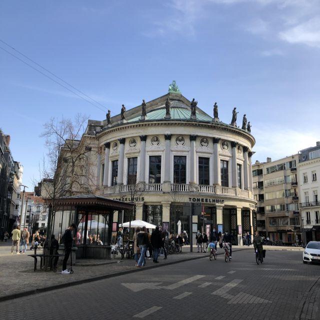 Rundes Gebäude direkt an einer Straße gelegen.