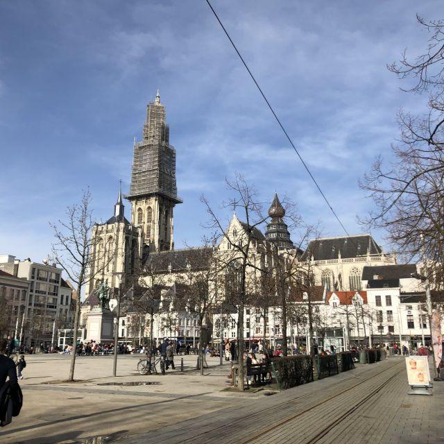 Vorplatz, wo im Hintergrund eine Kirche steht, wo sich der Turm im Konstrukt befindet.