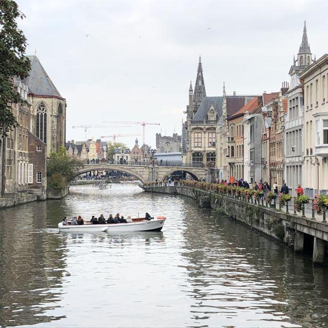 Ein Fluss, der durch die Innenstadt läuft mit Hausen rechts und links am Fluss entlang.
