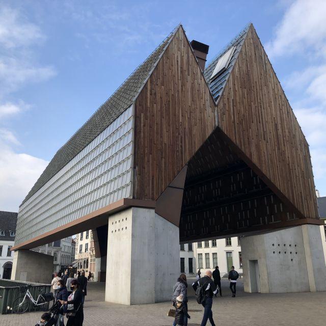 architektonisch außergewöhnliches Gebäude welches sich auf vier grauen Stelzen befindet aus Holz besteht, an den Seiten eine Fensterfront hat und von beiden Seiten aus ein spitz zulaufendes Dach hat, also insgesamt zwei.