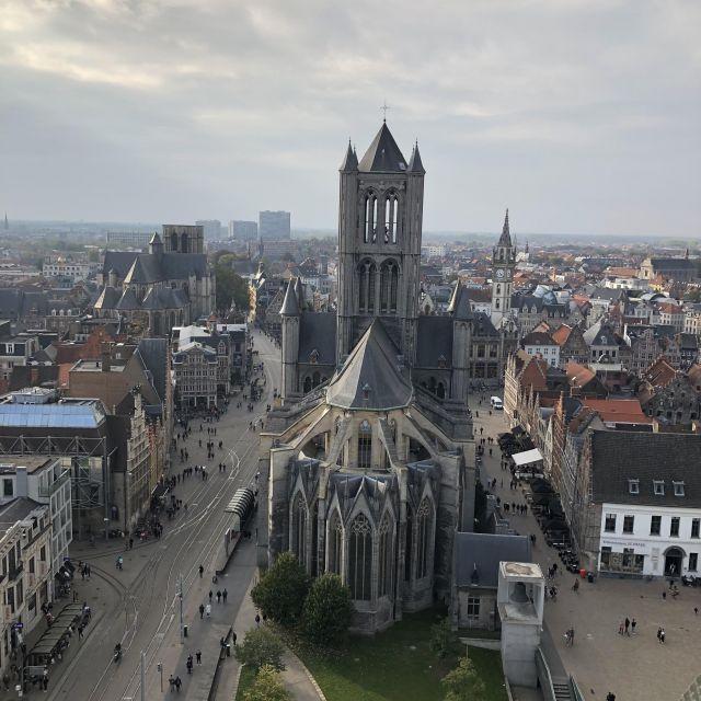 Der Blick fällt von oben runter auf die Innenstadt wo im Mittelpunkt eine große Steinkirche steht.