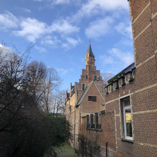 Steinhaus mit treppenförmigen Dach