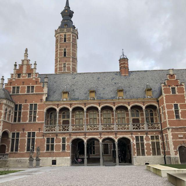 Großes altes Gebäude mit einem Turm und mehreren Torbögen.