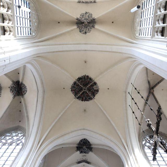 die Decke einer Kirche