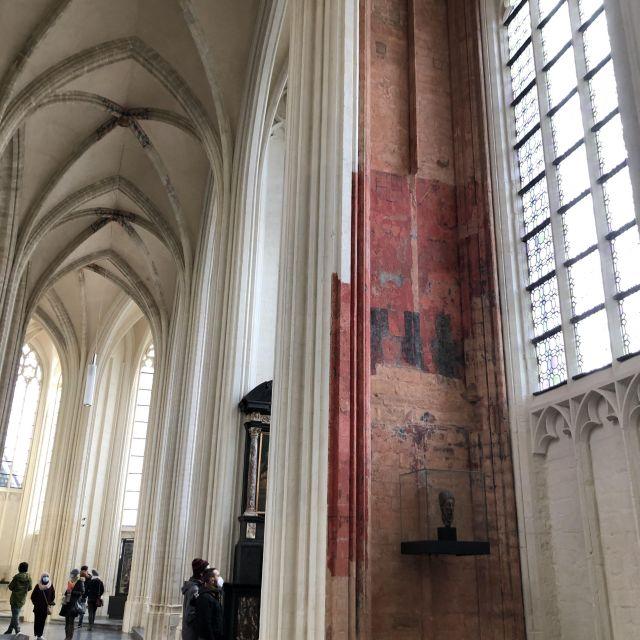 Im Inneren einer Kirche mit weißer und roter Wand.