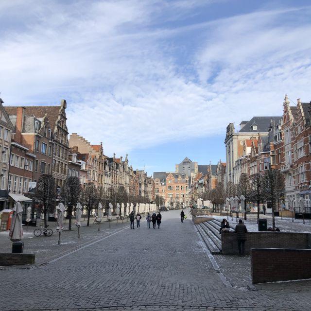 Eine lange breite Straße mit Geschäften an der Seite.