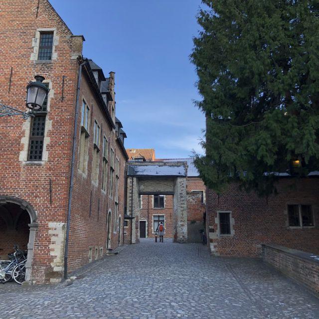 Steinpflaster und alte rötliche Steinhäuser.