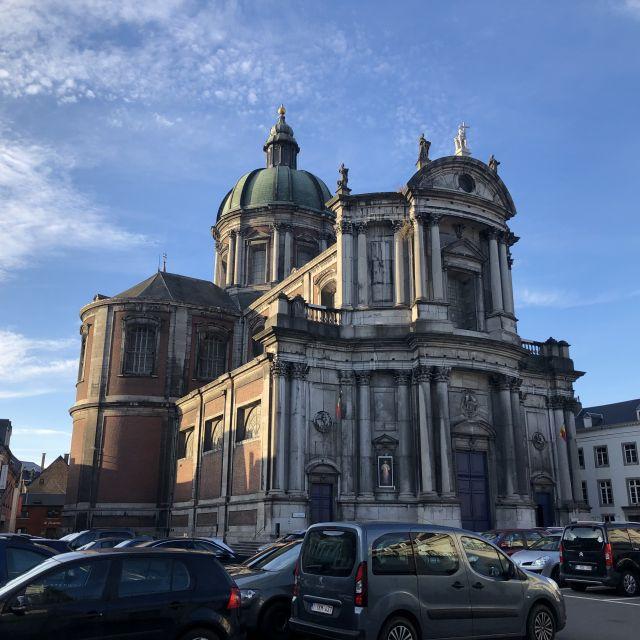 Eine Kirche umgeben von einem Parkplatz
