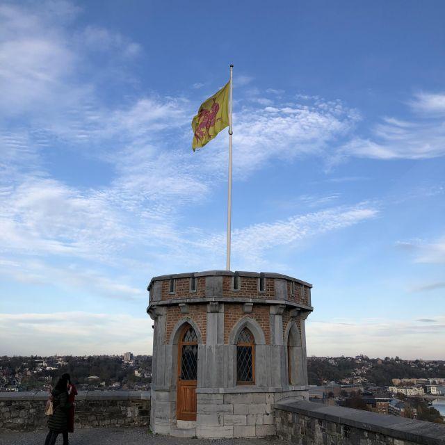Ein kleiner Turm mit einer Flagge