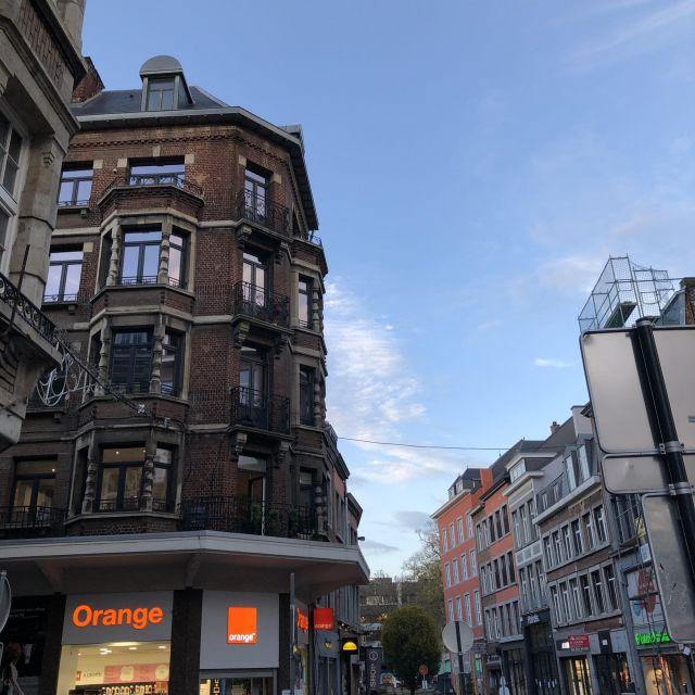 Eine Reihe von Gebäuden in einer Innenstadt in Belgien.