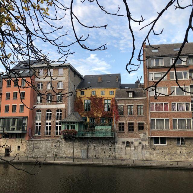Eine Reihe von Häusern am Fluss