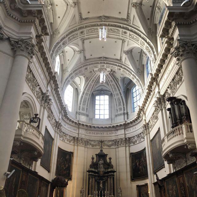 Blick hoch an die Decke einer Kirche