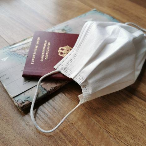 Reisepass und Maske