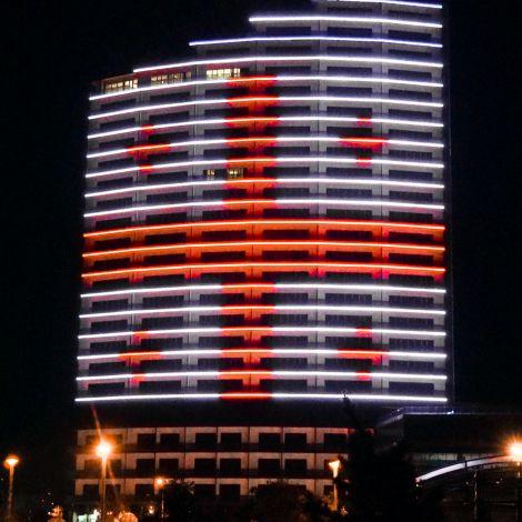 Gebäude beleuchtet mit georgischer Flagge