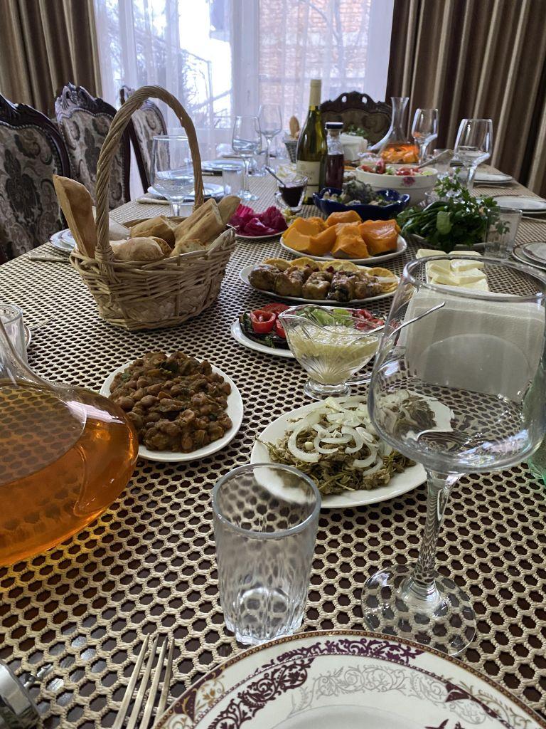 Tisch mit georgischen Speisen und Wein