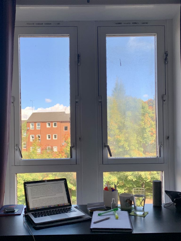 Schreibtisch mit Laptop am Fenster