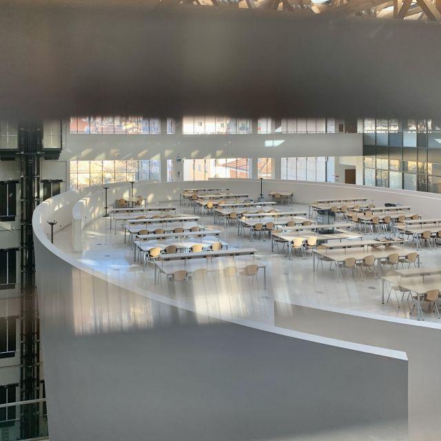 Tisch und Stuhlreihen in einem Universitätsgebäude