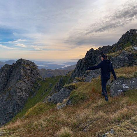 Mensch beim Wandern in den schottischen Highlands