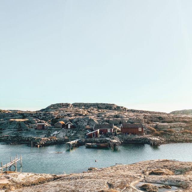 Einsame schwedische Fischerhäuser auf kahlen Felsen