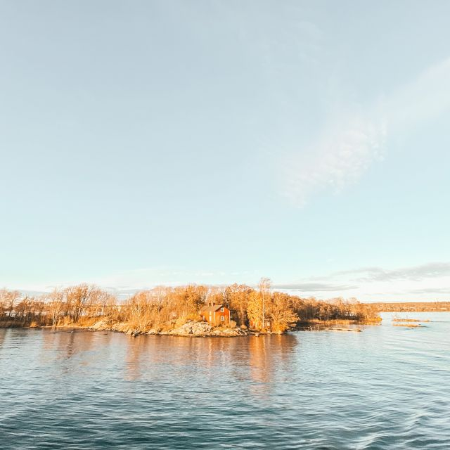 ein vereinzeltes kleines Haus steht auf einer kleinen Insel im Stockholmer Schärengarten.