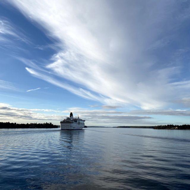 eine große Fähre bahnt sich ihren Weg nach Stockholm zwischen den Inseln hindurch.